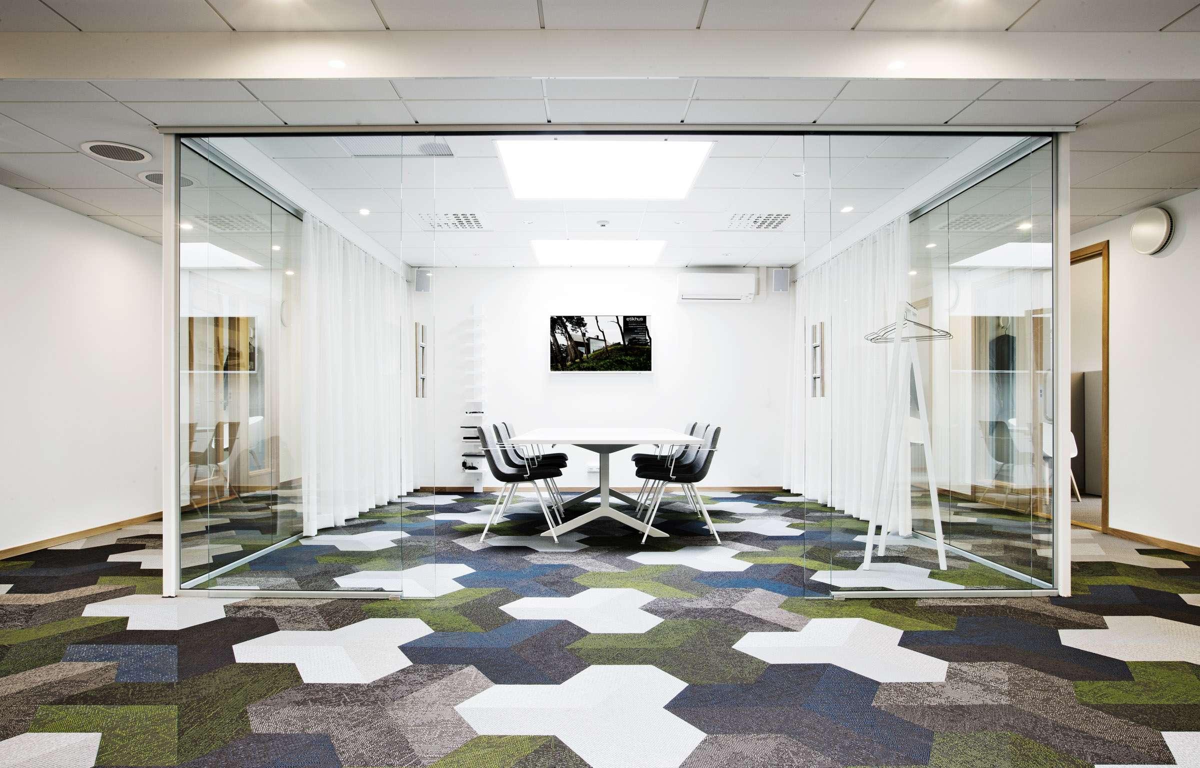 Geometric floor pattern in green, white, blue and gray using Bolon Studio™ tiles in the office of Etikhus in Varberg, Sweden.