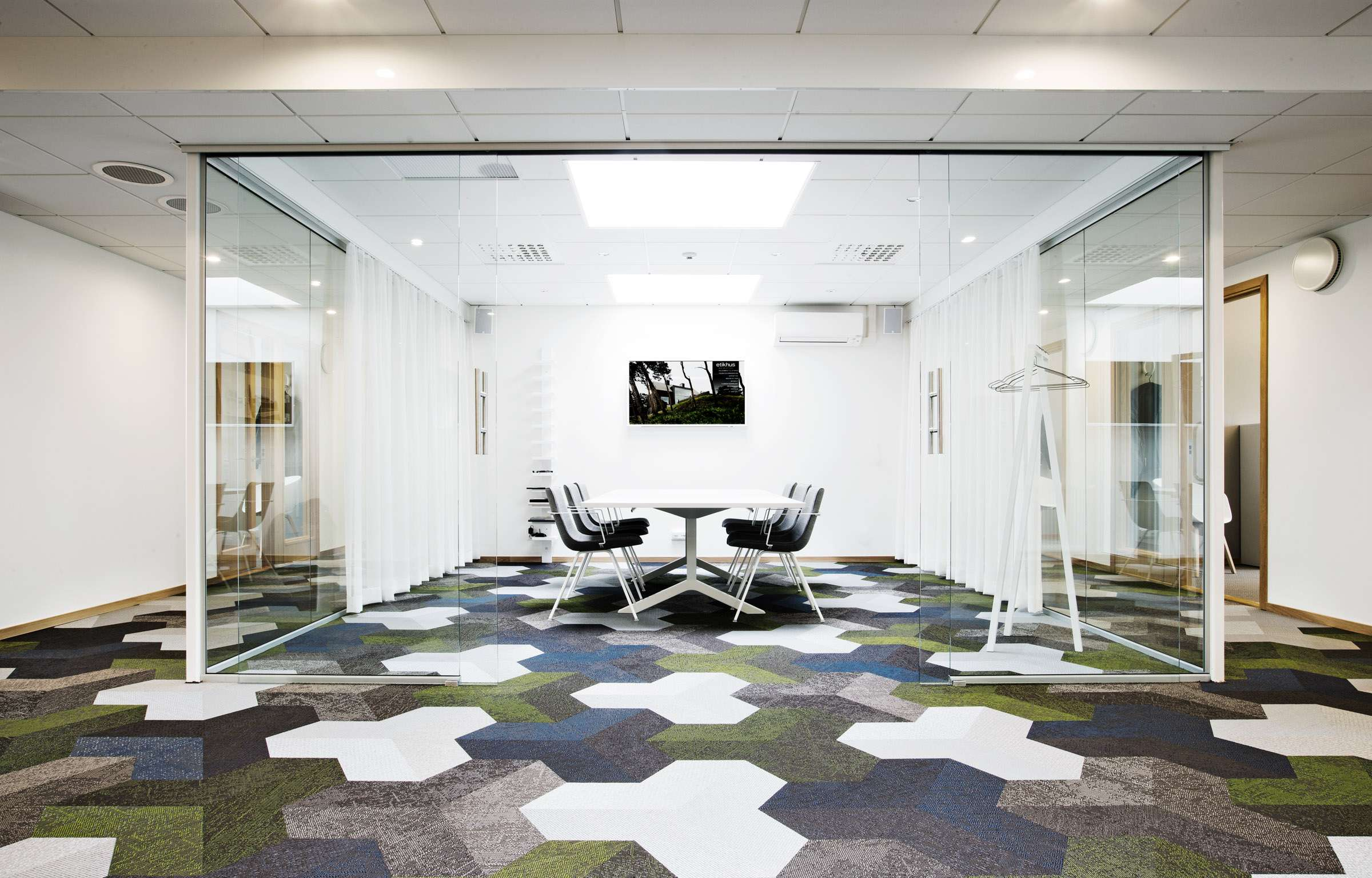 Geometric floor pattern in green, white, blue and gray using Bolon Studio™ tiles in the office of Etikhus in Varberg, Sweden.